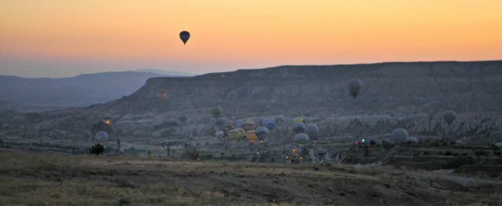 From our plateau, we could see the other balloons taking off and lighting up.